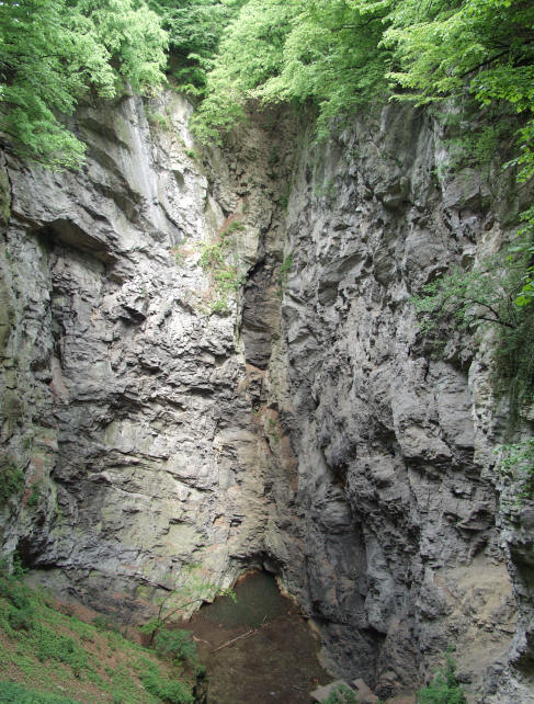 http://geologie.vsb.cz/geomorfologie/Prednasky/9_obrazky/9_27_propast.JPG